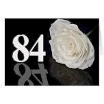 84.o Tarjeta de cumpleaños con un rosa blanco clás