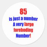 85 es apenas un número pegatina