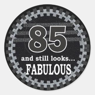 85 y todavía mira el 85o cumpleaños fabuloso del | pegatina redonda