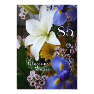 """85o ¡Celebración del cumpleaños! - Ramo del lirio Invitación 5"""" X 7"""""""