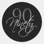 90.a fiesta de cumpleaños negra del blanco gris etiqueta redonda