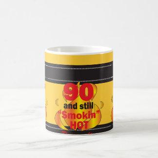 90 y aún taza caliente de Smokin
