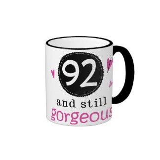 92 y aún idea magnífica del regalo de cumpleaños p taza de café