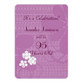 """95 años de la fiesta de cumpleaños floral púrpura invitación 5"""" x 7"""""""
