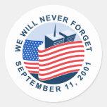 9/11 monumento con la bandera americana y las torr etiquetas redondas