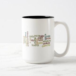 A a telefonía del alfabeto fonético de Z (Wordle) Taza De Café De Dos Colores