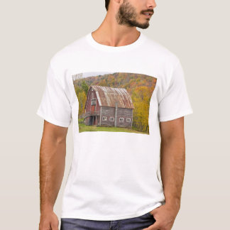 A barn in Vermont's Green Mountains. Hancock, T-Shirt