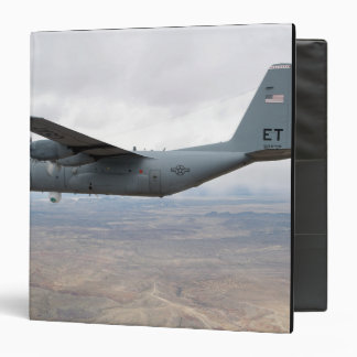 A C - 130 Hércules se eleva a través del cielo