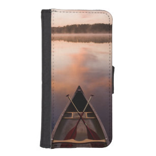 A canoe rests on the shore of Pawtuckaway Lake iPhone SE/5/5s Wallet Case