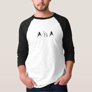 A es una camiseta de la manga del tres cuartos playeras