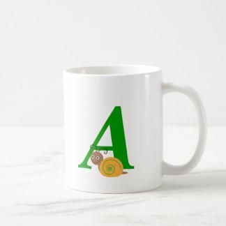 A inicial personalizada y el caracol conocido de l taza de café