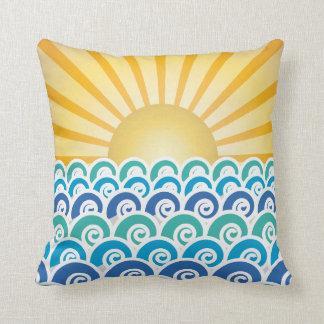 A lo largo de la almohada del azul de las ondas cojín decorativo