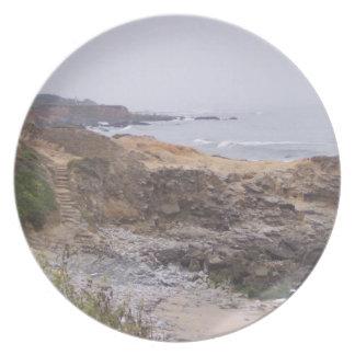 A lo largo de la placa rocosa de la trayectoria plato