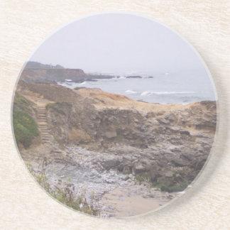 A lo largo del práctico de costa rocoso de la tray posavasos diseño