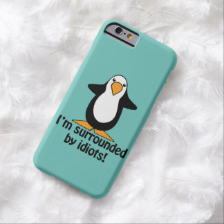 ¡A los idiotas me rodeo! Pingüino divertido Funda Barely There iPhone 6