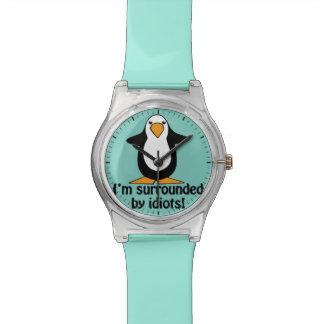¡A los idiotas me rodeo! Pingüino divertido Reloj