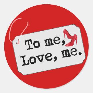 A mí, amor, yo (talones) pegatina redonda