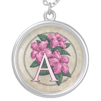 A para el collar redondo del monograma de la flor