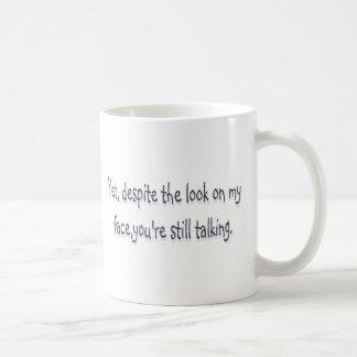 A pesar de la mirada en mi cara usted todavía est tazas de café