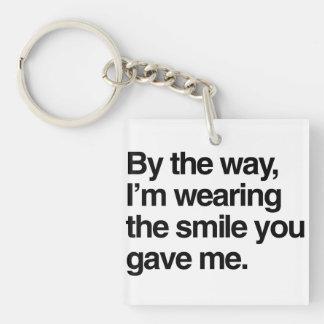 A propósito, estoy llevando la sonrisa que usted llavero cuadrado acrílico a doble cara