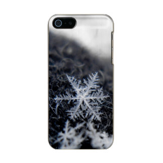 A single snowflake on stands out metallic phone case for iPhone SE/5/5s