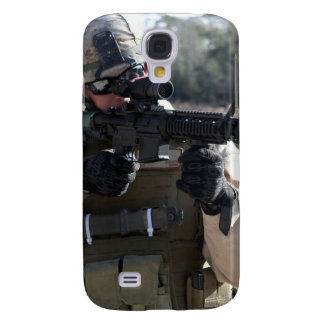 A soldier looks through the scope of a M-4 carb Samsung S4 Case