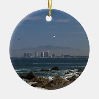 A través de la bahía adorno navideño redondo de cerámica