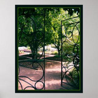 A través de la puerta de jardín póster