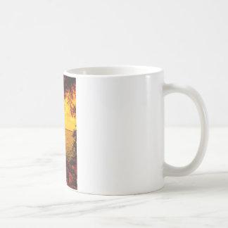 A través de las orillas taza de café