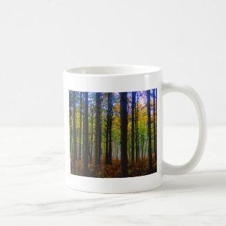 A través de los árboles taza de café