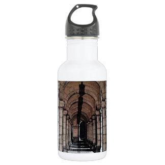 A través de los pilares botella de agua de acero inoxidable