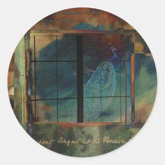 A través de un vidrio oscuro pegatina redonda