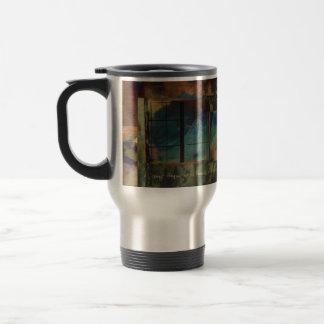 A través de un vidrio oscuro taza de viaje de acero inoxidable
