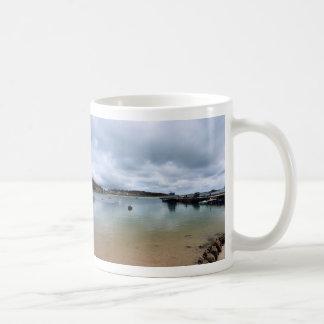 A través del agua taza de café