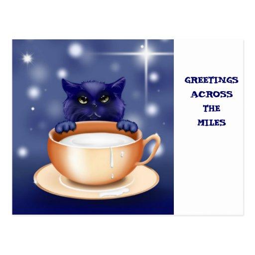 A través del gato lindo de las millas con leche tarjeta postal