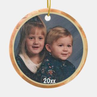 A través del ornamento del recuerdo de la foto de adorno navideño redondo de cerámica