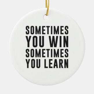 A veces usted triunfo, usted aprende a veces adorno navideño redondo de cerámica