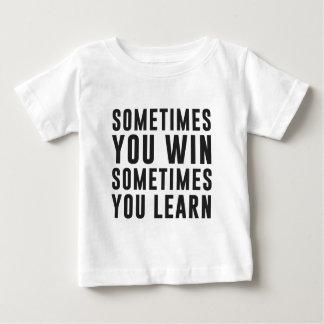 A veces usted triunfo, usted aprende a veces playera para bebé