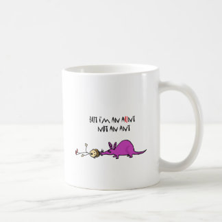 Aardvark divertido que come el dibujo animado de taza básica blanca