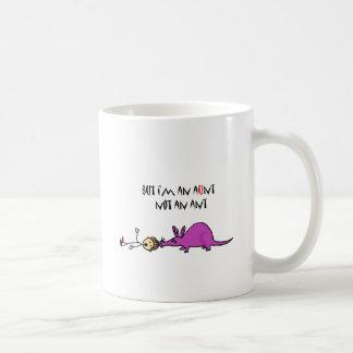 Aardvark divertido que come el dibujo animado de taza clásica