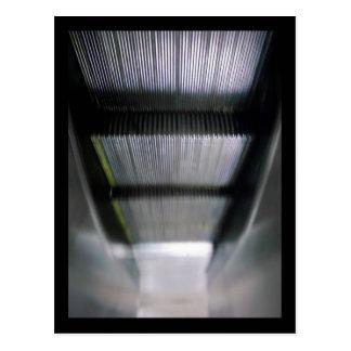 abajo de la escalera móvil ascendente tarjetas postales