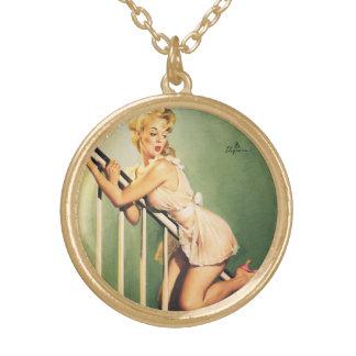 Abajo de las escaleras - chica retro Pin-para arri Collares Personalizados
