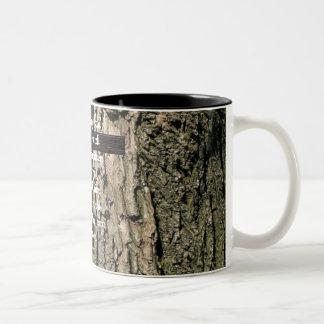 Abajo del árbol (centrado) taza de dos tonos