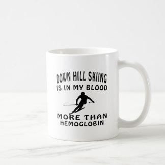 Abajo diseños del esquí de la colina taza de café