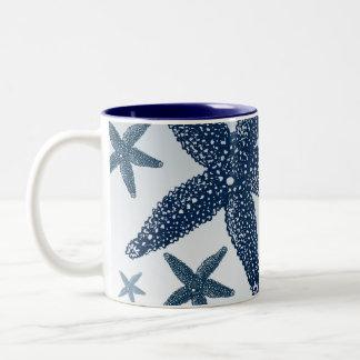 Abajo por las estrellas de mar del mar taza dos tonos