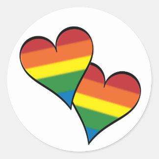 Abarcamiento de los corazones del arco iris pegatina redonda