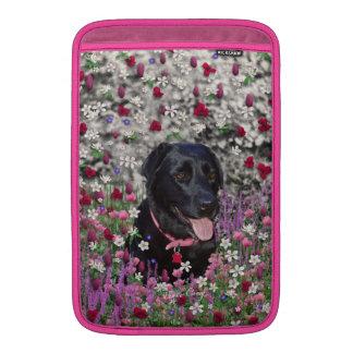 Abby en flores - perro negro del laboratorio fundas macbook air