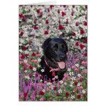 Abby en flores - perro negro del laboratorio tarjetón