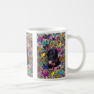 Abby en la taza de las mariposas - Labrador negro