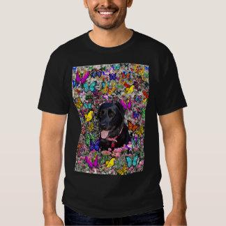 Abby en mariposas - perro negro del laboratorio camisas